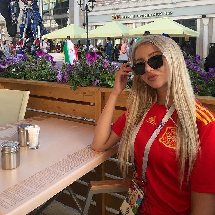 坐窝水中戏,拥有逆天长腿的西班牙皇马双料女球迷